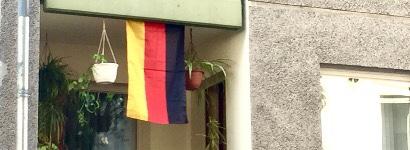 Deutschlandfahne auf einem Balkon